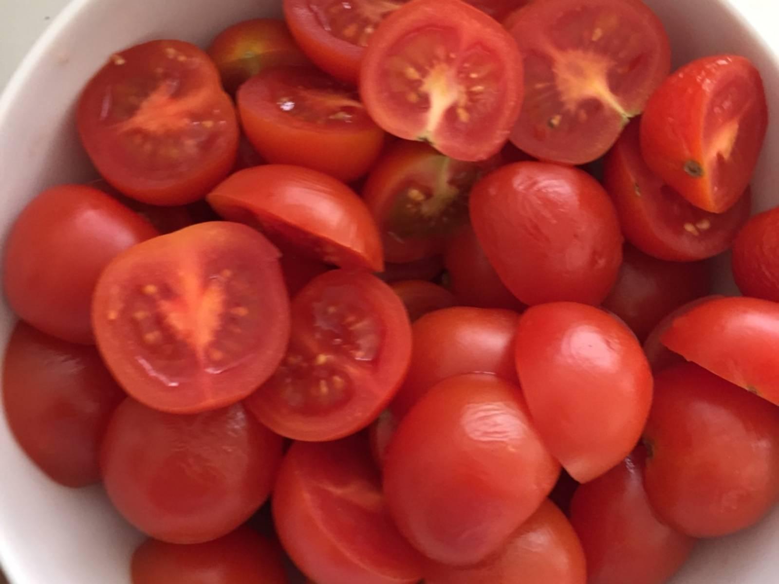 Dice salmon. Halve cherry tomatoes.