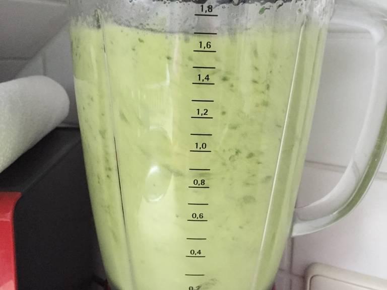 倒入梨汁,搅拌至柔滑。尽情享用吧!