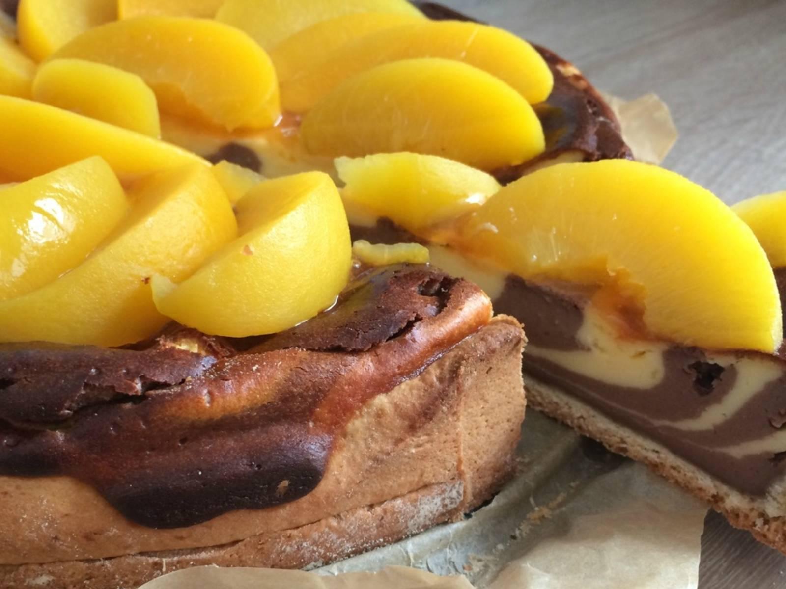 可以搭配喜欢的水果享用蛋糕(也可以选择不放水果)。首先,将果酱抹到蛋糕上,然后铺上甩干水分的水果片。尽情享用吧!