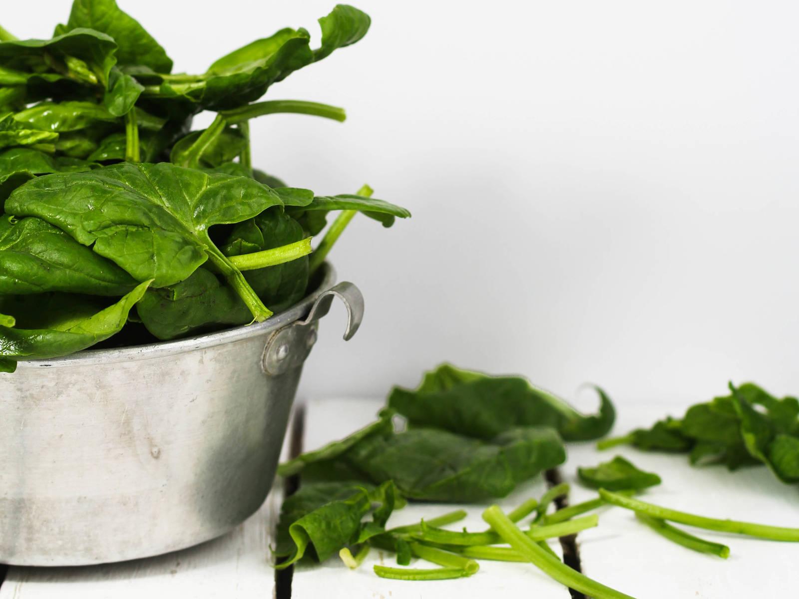 清洗菠菜,切去茎。清洗土豆后煮软。