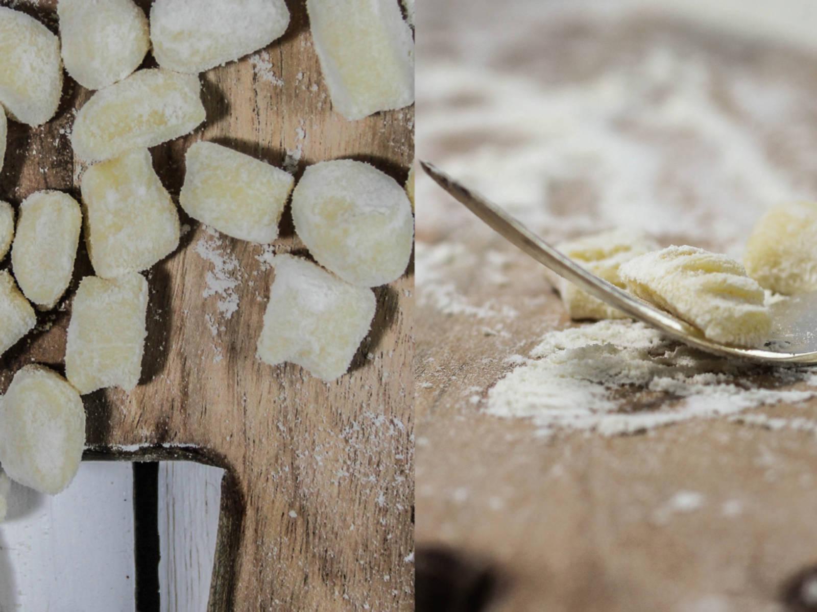 切下一份面团,在撒了面粉的工作台上揉成1厘米厚的长筒状。将其切成宽1厘米的方形。要制作经典形状的团子,可用叉子稍微按压每个方面团。要让酱汁色彩更鲜艳,将藏红花捣碎后与少量温水混合。