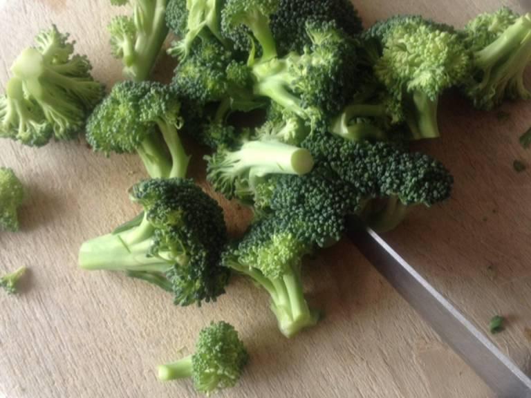 Brokkoli in kleine Röschen schneiden.