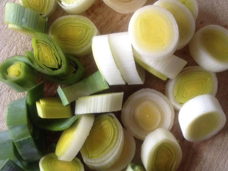 Vom Lauch das sehr grobe Grün entfernen, waschen und dann in ca. 0,5 cm dicke Stücke schneiden.