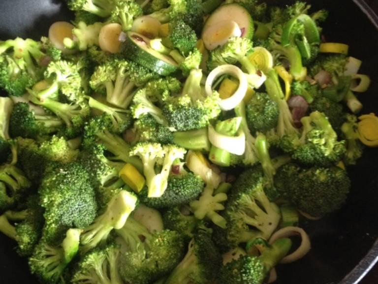 Gemüse in einer großen Pfanne anbraten und mit etwas Wasser garen. Mit Salz, Pfeffer und etwas Gemüsebrühe-Pulver abschmecken. Wenn das Gemüse gar ist, zum Schluss die Birne hinzugeben und erhitzen.