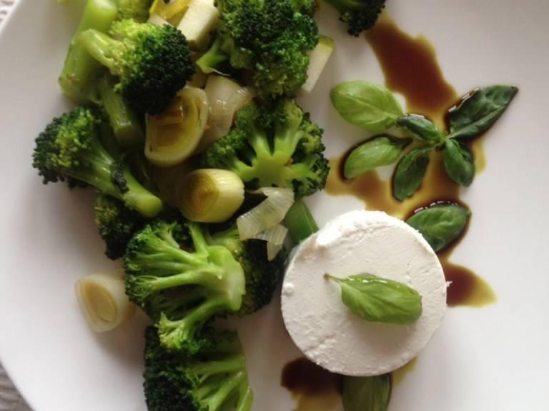 Gemüse mit dem Ziegenkäse (in Taler geschnitten) und den Walnüssen anrichten. Zum Dekorieren passt ein bisschen Kürbiskernöl, ist aber kein Muss.