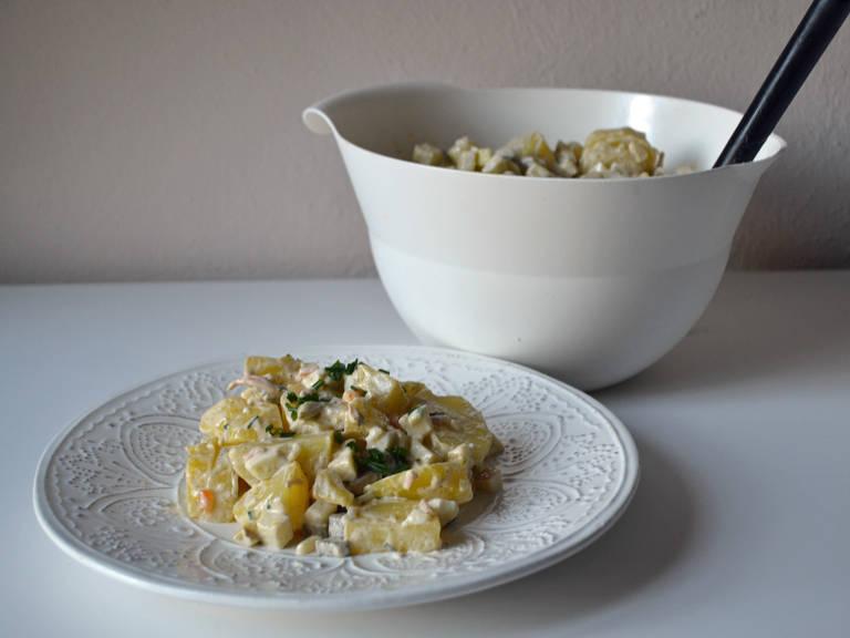 Mayonnaise-Mischung, Fleischsalat und Schnittlauch vorsichtig unterheben. Mindestens 30 Min. ziehen lassen. (Ich lasse den Kartoffelsalat etwa einen halben Tag im Kühlschrank ruhen.) Vorm Servieren noch einmal mit Salz und Pfeffer abschmecken.