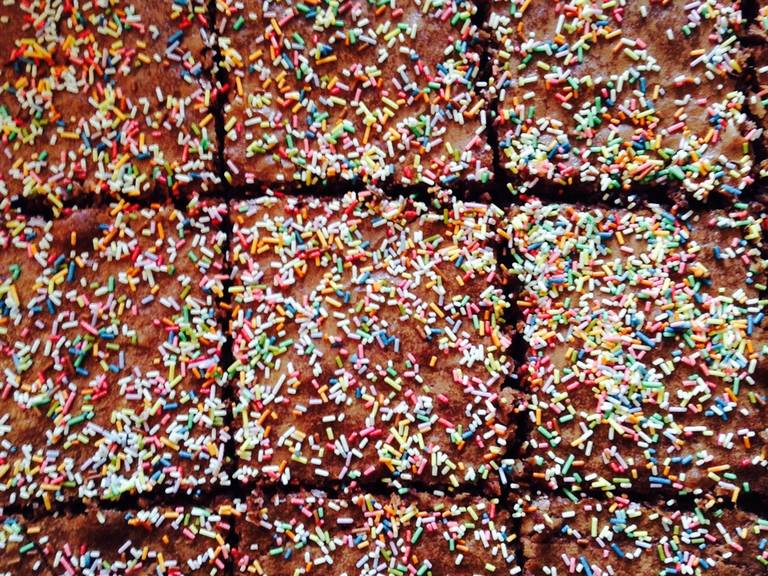 As soon as you remove the cake from the oven, decorate with sprinkles (otherwise they will not stick at all), and also slice when warm.