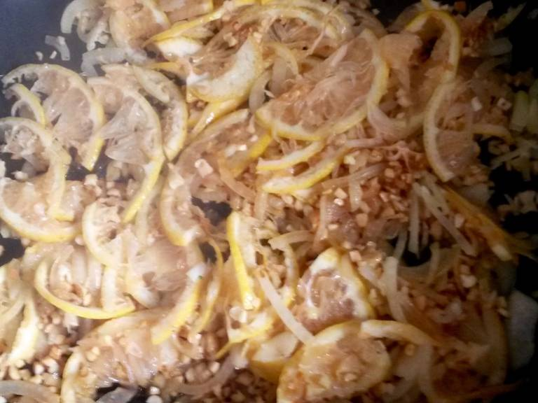 Heat some oil in a pan and fry onions and garlic for approx. 2 min. Add almonds and fry briefly, then add lemon slices and sugar and caramelize for approx. 3 min.
