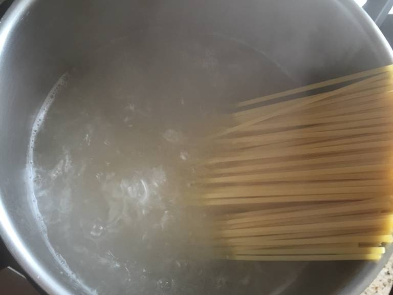 根据包装说明煮好意面,捞出滤干。
