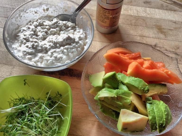 烤面包片,让它们口感脆些。牛油果切半,去核,然后挖出果肉(小心保持果肉不碎掉),将其切片。木瓜切半,用勺挖出籽。再将两半木瓜各自切半,用尖刀削皮,将果肉切片。