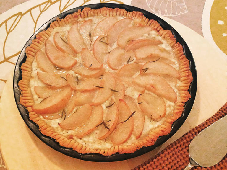 Preheat oven to  200°C/390°F. Roll out the tart dough and put it in your pie plate. Spread the cheese mixture. Arrange the pears and sprinkle with fresh rosemary. Bake for about 20 min. or until golden.