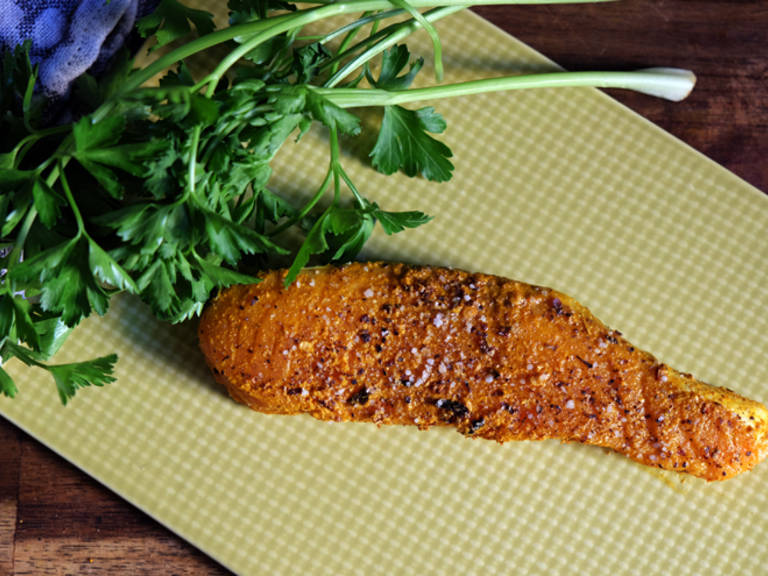 加热另一个煎锅。往里放入剩余的澄清黄油和蒜末,放入三文鱼,煎其两面。中火加热,将三文鱼煎至适宜的熟度。不要煎太久了,不然三文鱼会太干。