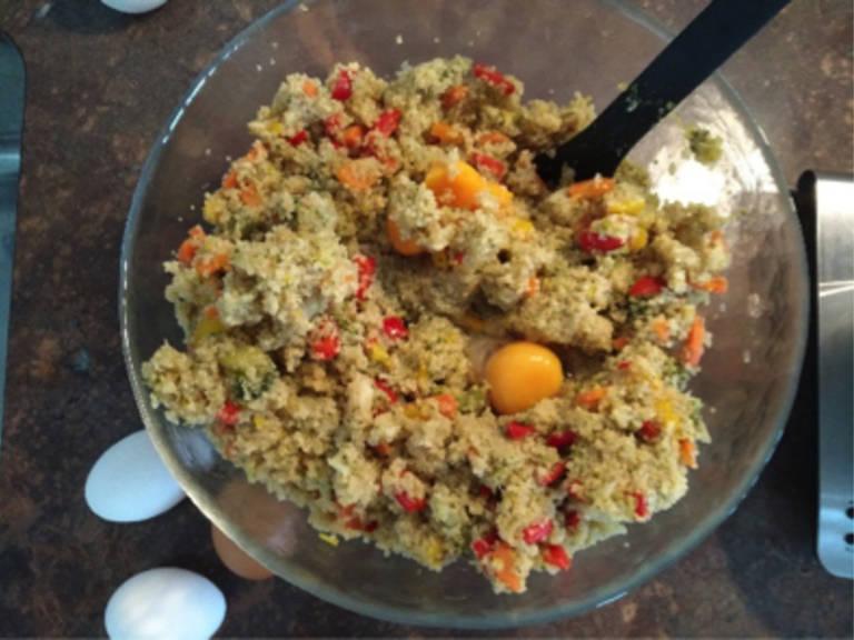 将烤箱预热至200℃,将鸡蛋和些许面包屑倒入藜麦混合物中。撒盐与胡椒调味,做成手掌大小的馅饼状,放到铺好烘焙纸的烤盘中。