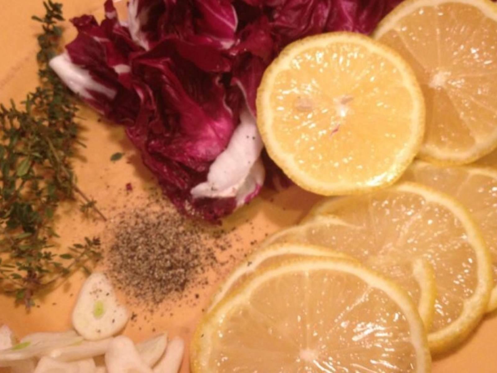 将柠檬和蒜切片,切下菊苣的叶片。