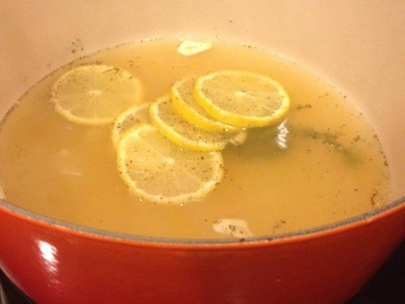 中小火煮高汤,放入胡椒、盐、百里香、蒜和柠檬。