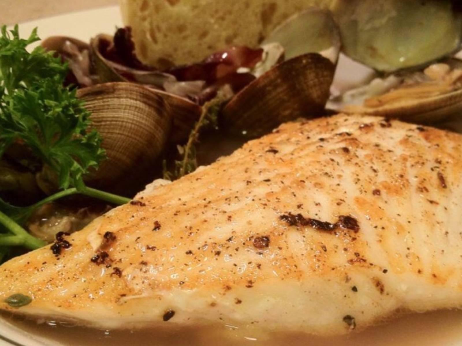 将蛤蜊、菊苣和培根盛入汤碗中,放上一片比目鱼,倒上高汤。饰以欧芹,佐以面包享用。