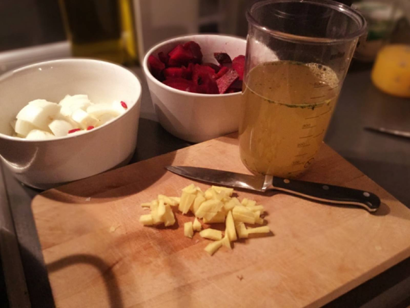 Peel and chop onions and beets. Finely dice ginger (or grate). Prepare vegetable stock and put all ingredients aside.