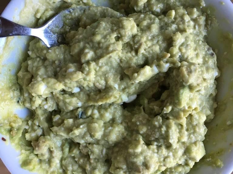 Für das Dressing: Pesto, Hummus, Hüttenkäse, Avocado (zerdrückt) und etwas Salz mischen. Pfeffer kann nach persönlicher Vorliebe hinzugefügt werden.