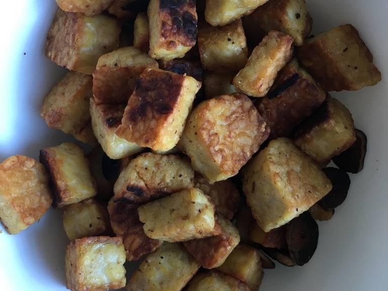 加热橄榄油,炒香蒜,然后煎印度豆豉。确保豆豉每面都变得焦脆金黄。这应需15-20分钟。煎好后撒上一撮盐。