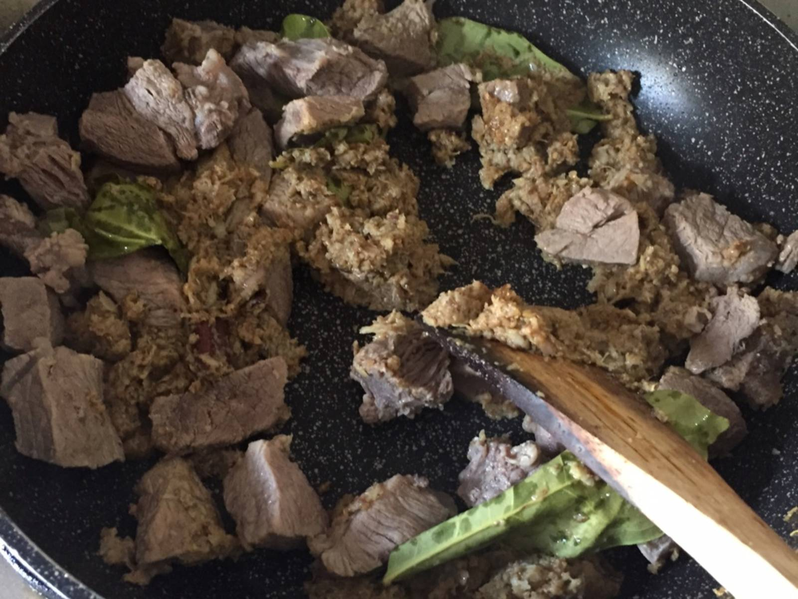 Sauté all of the blended ingredients and add nutmeg, cinnamon, bay leaves, and diced beef. Fry for approx. 10 min. until browned and aromatic. Meanwhile dice potatoes and put in the beef soup water.