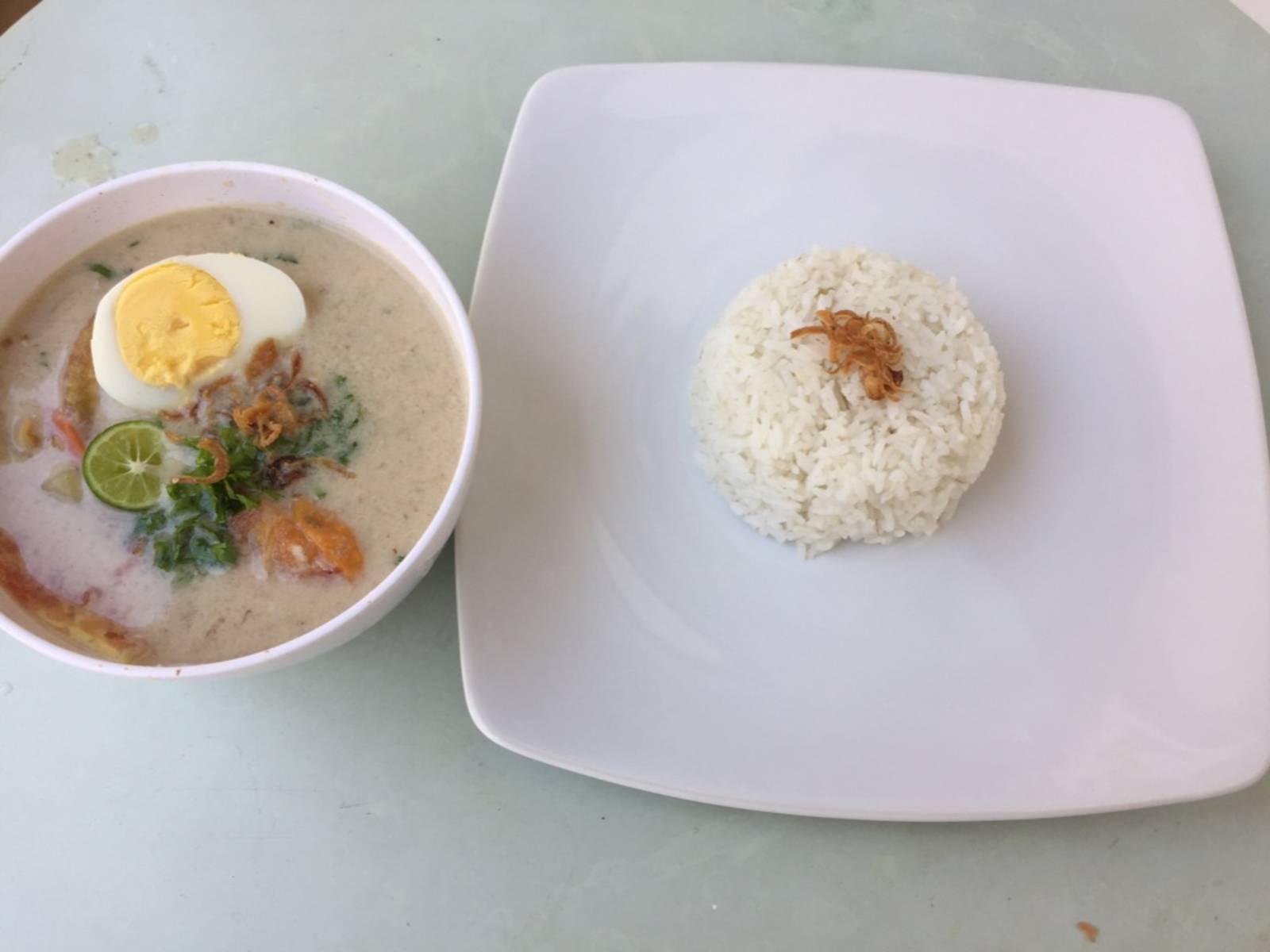 Die Suppe ist fertig! In eine Schüssel geben und mit Ei, Limette, Tomaten, Frühlingszwiebeln und Röstzwiebeln garnieren. Am besten dazu Reis servieren!