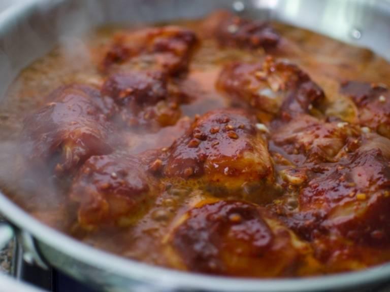 Das Hähnchen mit Meeresalgenbrühe bedecken. Das Ganze aufkochen, anschließend abdecken und bei schwacher Hitze ca. 20 Min. köcheln lassen.