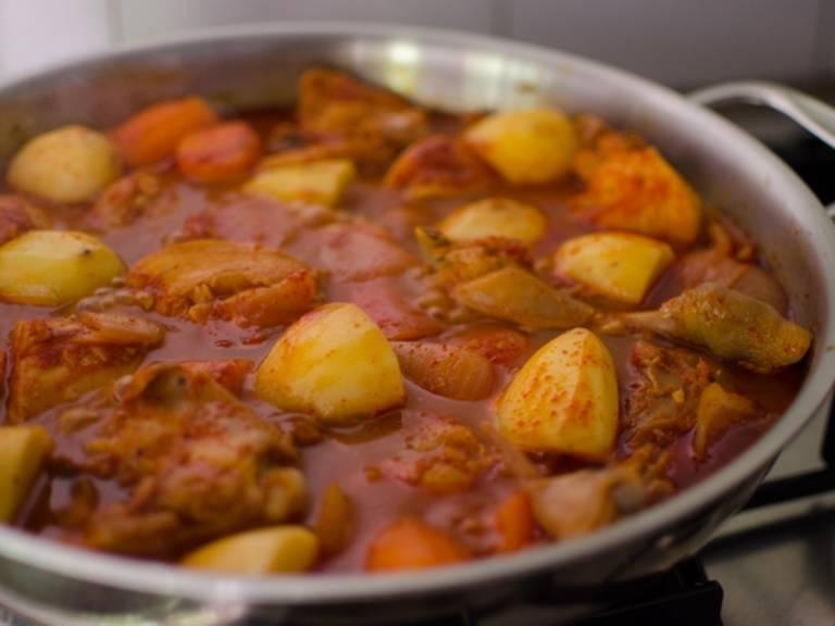 Die Kartoffeln schälen, in mundgerechte Stücke schneiden, mit in den Topf geben und für ca. 10 – 15 Min. köcheln lassen. Die Garzeit des Gemüses hängt von seiner Größe ab.