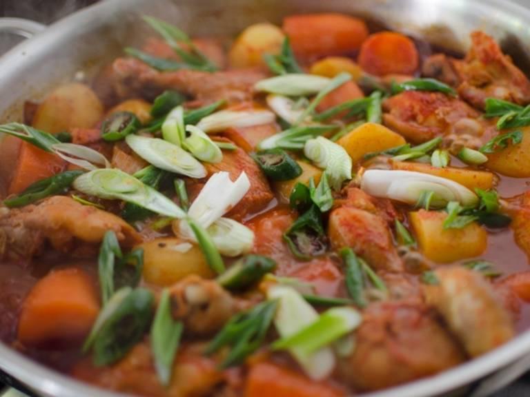 Zuletzt die grünen Chilis und die Frühlingszwiebeln in feine Ringe schneiden, hinzufügen und umrühren. Mit Reis servieren.