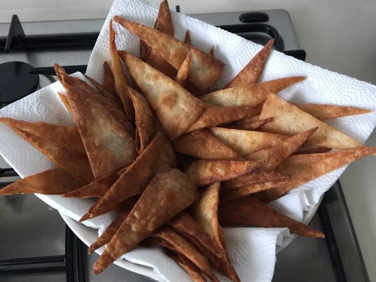放入垫有厨房用巾的盘子内来去除多余的油。佐以三文鱼金枪鱼鞑靼,然后用葱作为装饰。尽情享用吧!