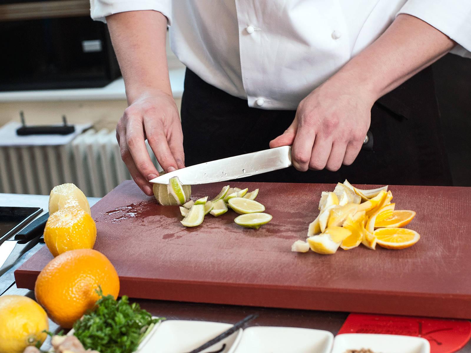 Für den Zitrussalat Orangen, Zitronen und Limette waschen, trocken tupfen, schälen und filetieren; Filets beiseitestellen. Saft aus der restlichen weißen Haut in eine kleine Schüssel pressen.