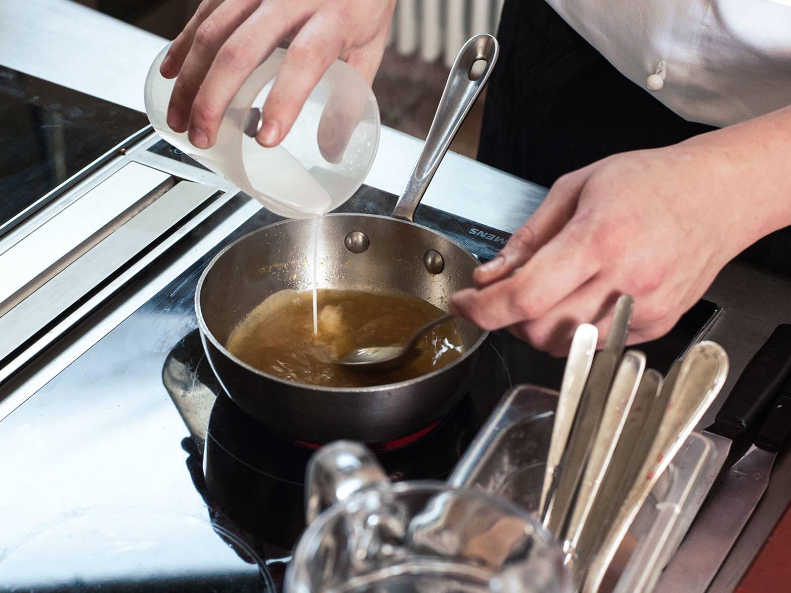 Restlichen braunen Zucker mit dem Limetten-Olivenöl in einem Topf bei mittlerer Hitze karamellisieren. Mit Orangensaft und dem frisch gepressten Zitrussaft ablöschen und köchelnd auf die Hälfte der Menge reduzieren; mit der vorher angerührten Speisestärke andicken. Vom Herd nehmen. Zitrusabrieb und Zitrusfilets unterrühren und mit Salz und Honig abschmecken.