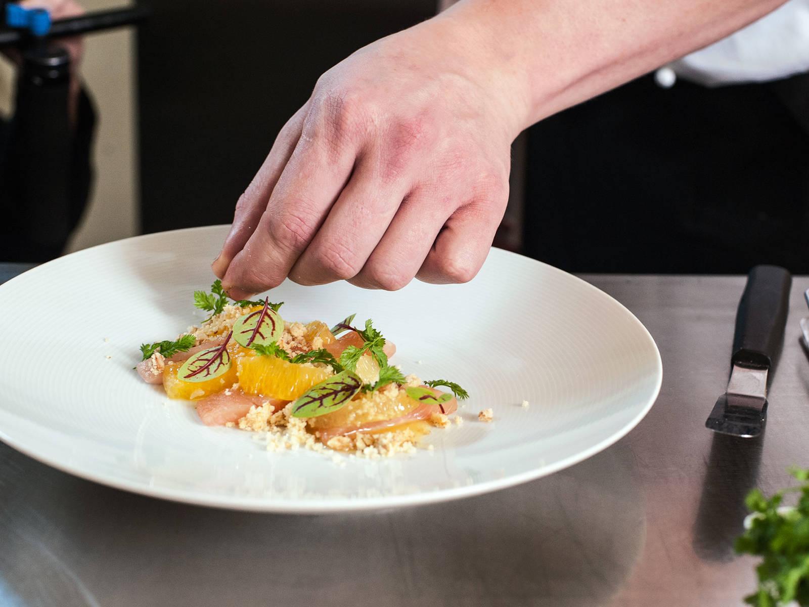 Fisch in mundgerechte Stücke schneiden und ca. 3 Stücke, abwechselnd mit Zitrusfilets, auf einem Teller anrichten. Mit Walnussstreuseln bestreuen, mit Kerbel und Sauerampfer sowie Rote Bete-Sud dekorieren.