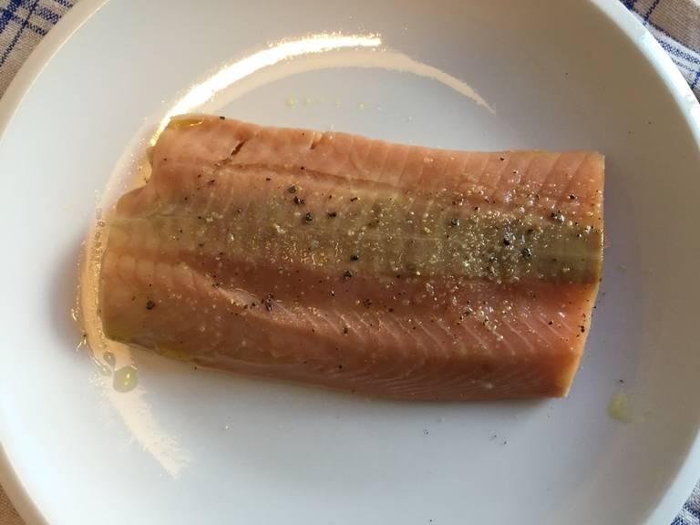 清洗鱼排,用厨房纸轻拍吸干水分,涂上部分橄榄油和些许盐与胡椒。
