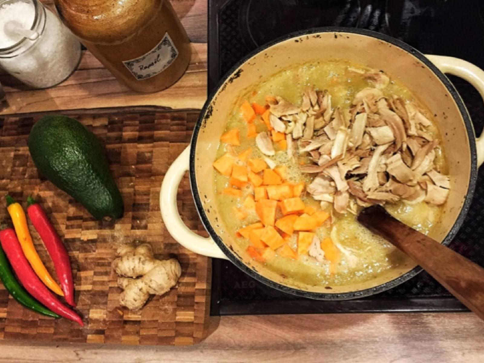 将鸡胸肉(预先煮好并切片)、红薯和胡萝卜一起放入大锅中,文火煮软。