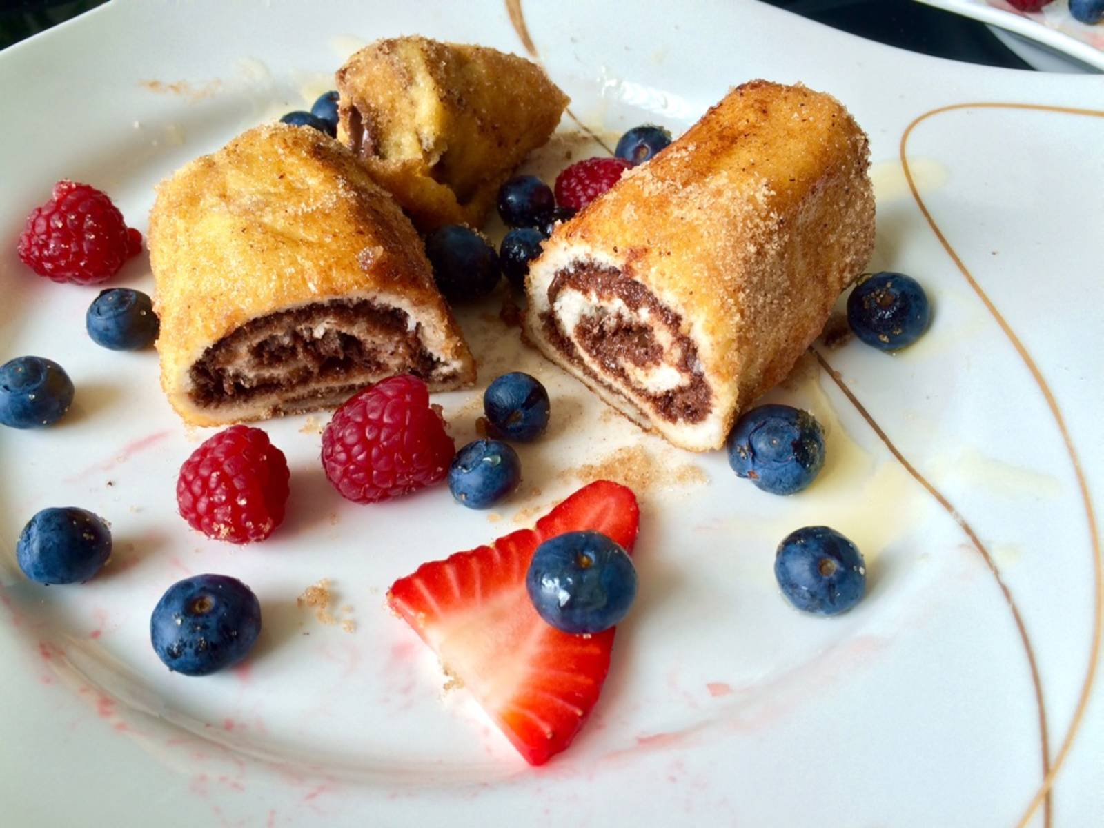 Serve with berries, honey and/or yogurt. For a better look, you can also halve the rolls.