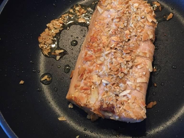 煎鱼排两面2分钟。翻面时要小心。