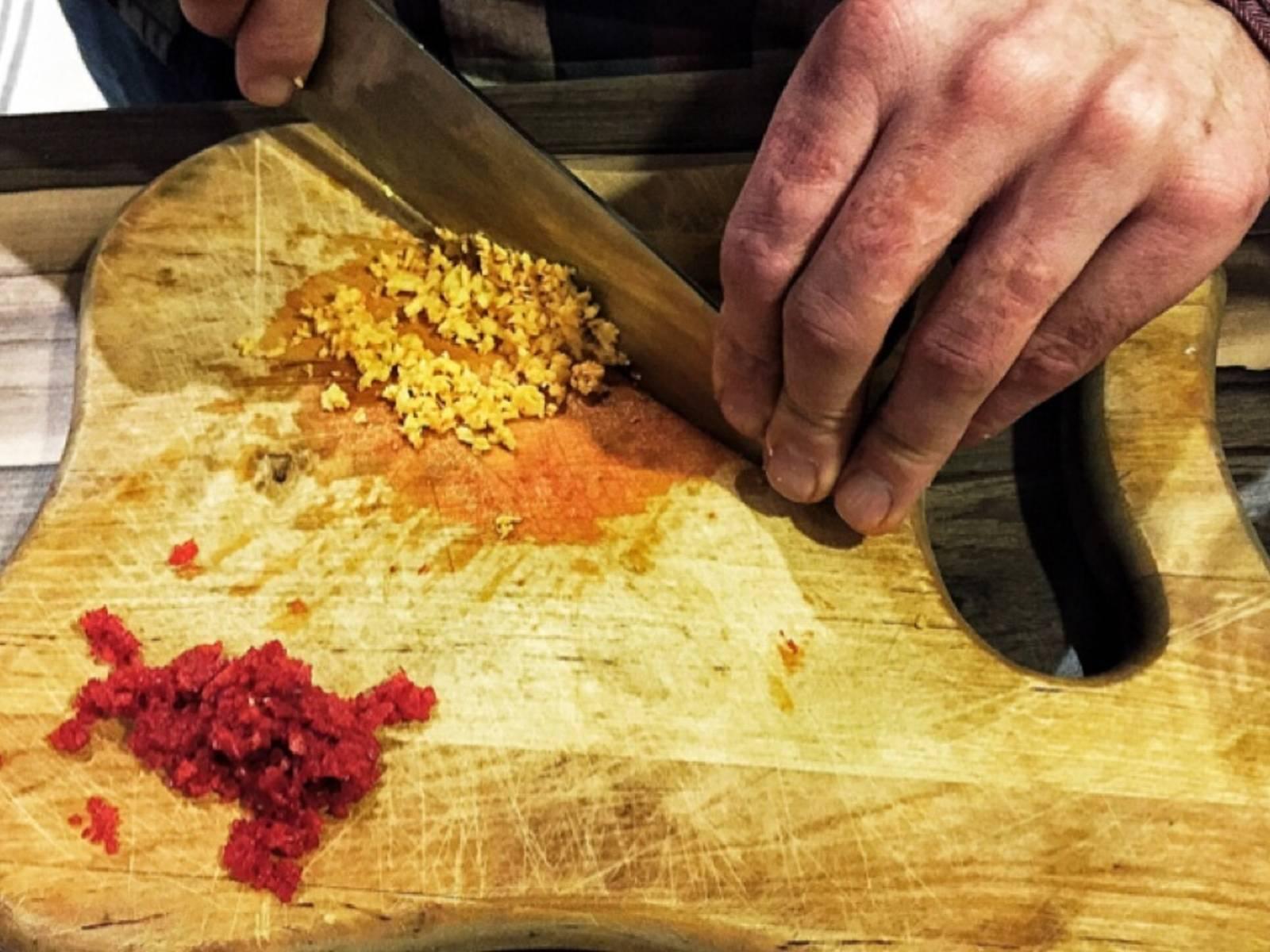 将辣椒和生姜剁碎,放入汤中。撒盐调味。