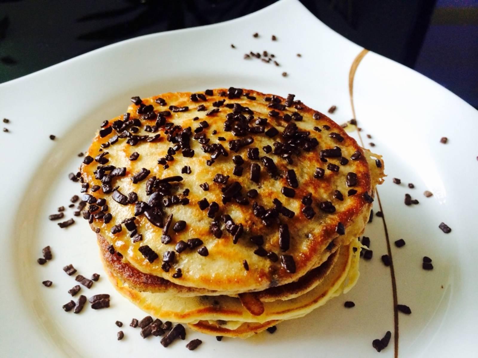 在不粘锅中,勺入面糊,做成小圆圈状,煎好后,佐以糖粉或巧克力屑。