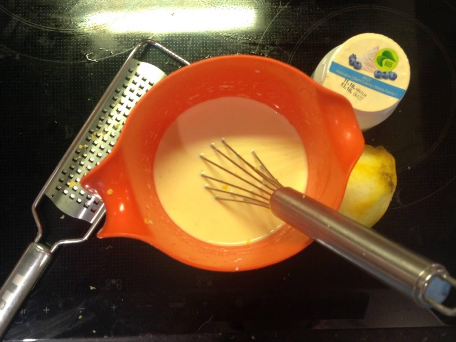 Beiseite gestellte Zitronenschale mit den restlichen Gusszutaten verrühren.