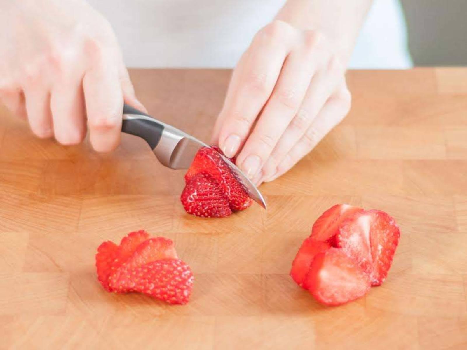 将烤箱预热至190℃。在烤盘里铺上烘焙纸。将500克草莓切半,摘去顶部叶片,然后放到一个大碗中。将剩余的草莓切片,放到另一个碗中。