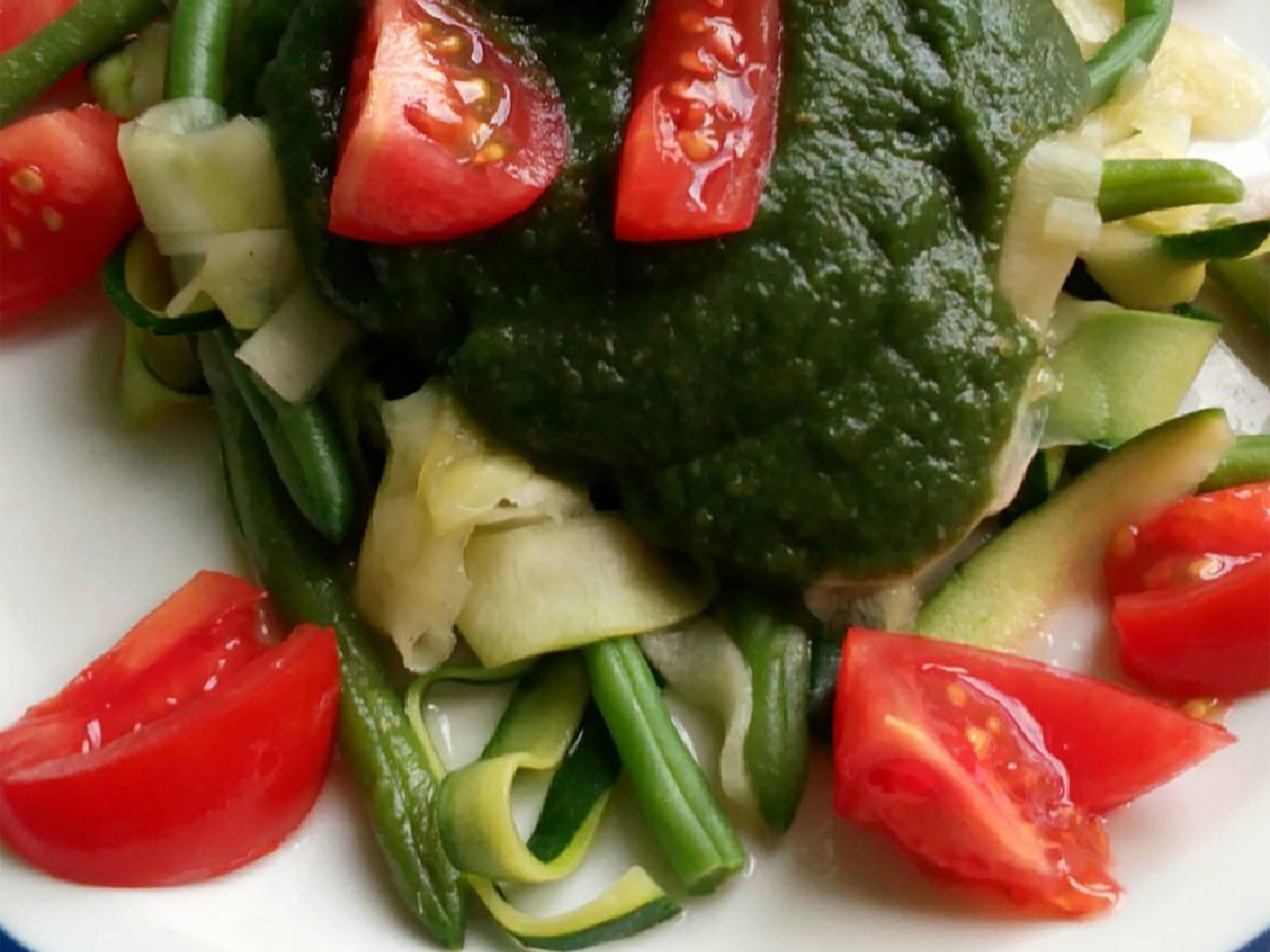 将西葫芦面和青豆倒入盘中,淋上酱汁,如果喜欢,还可以放上切片的樱桃番茄。