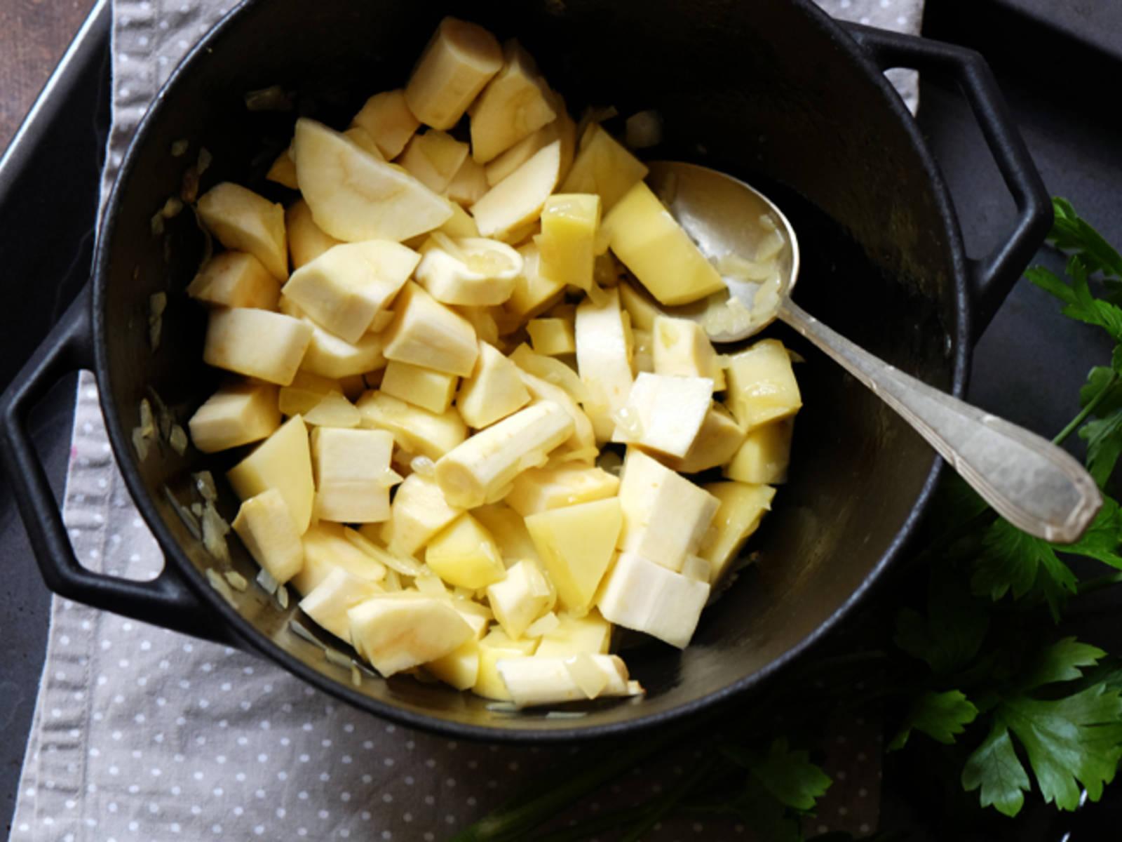 在锅中热油。倒入洋葱,翻炒4分钟,直至洋葱变透明。倒入其它蔬菜,再翻炒3分钟。