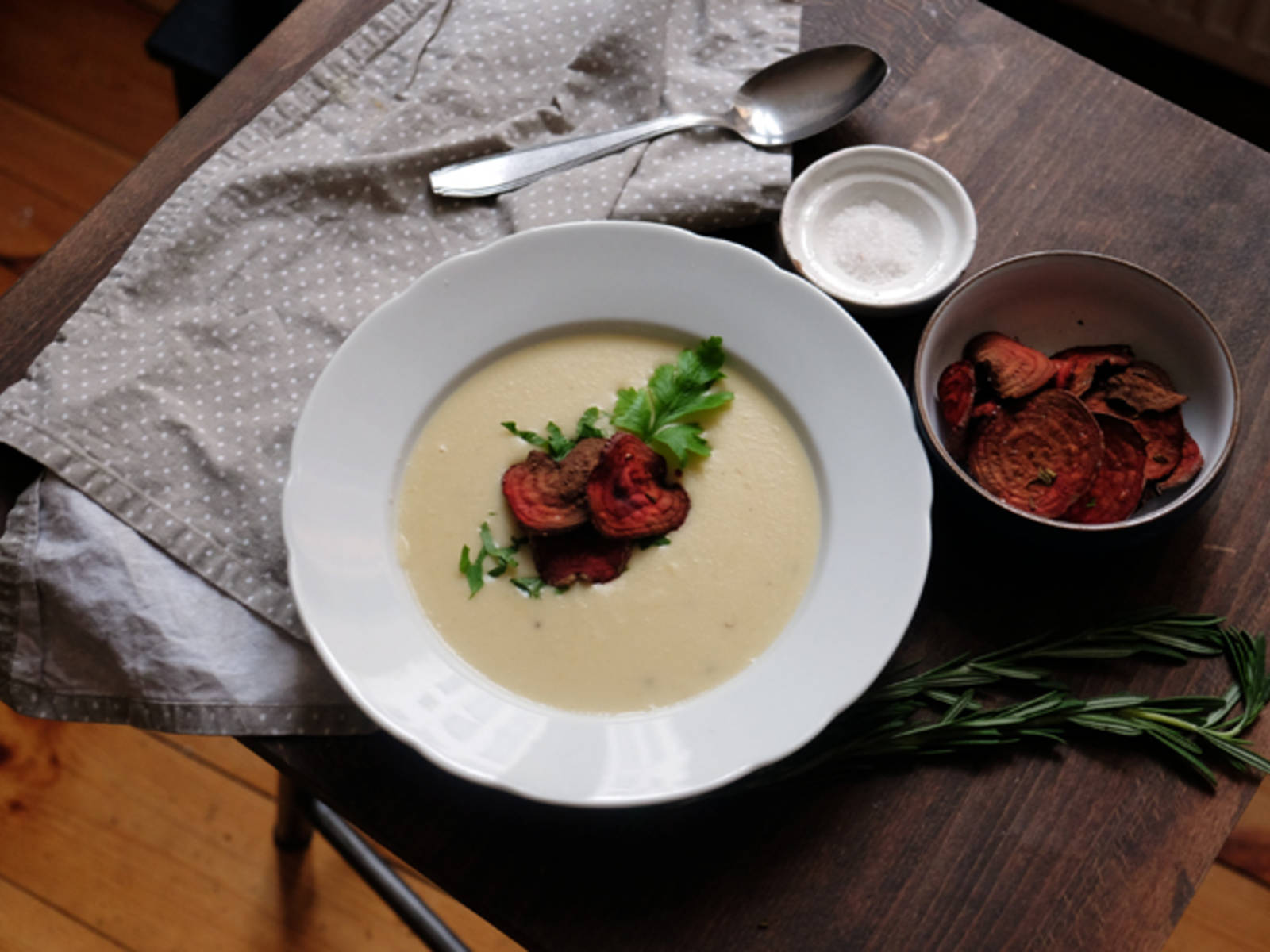 In vorgewärmten Tellern anrichten und mit gehackter Petersilie und den Rote Bete Chips garnieren.