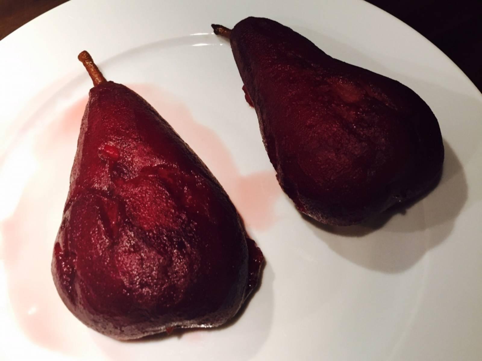 将梨从锅中取出,置于一旁放凉20分钟。
