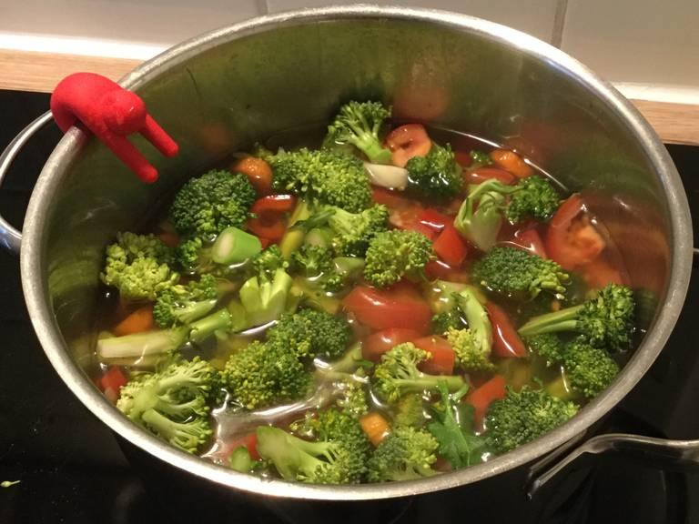 Brokkoli und Tomaten zugeben und weitere 5 min köcheln lassen.