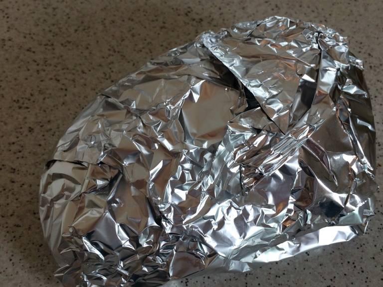 Die Entenbrust noch ca. 5 Min. in Alufolie ruhen lassen. Dann in dünne Scheiben schneiden und auf dem Salat anrichten.