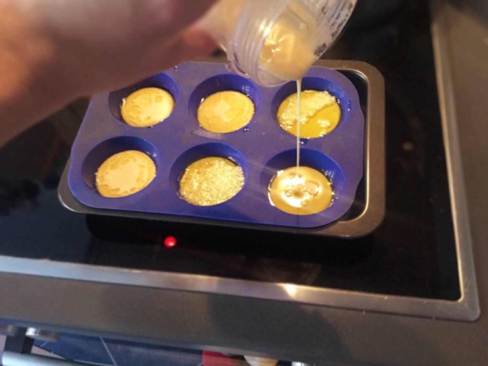 快速将面糊倒入玛芬烤盘中,每个玛芬杯应半满。倒好后,马上放入烤箱。