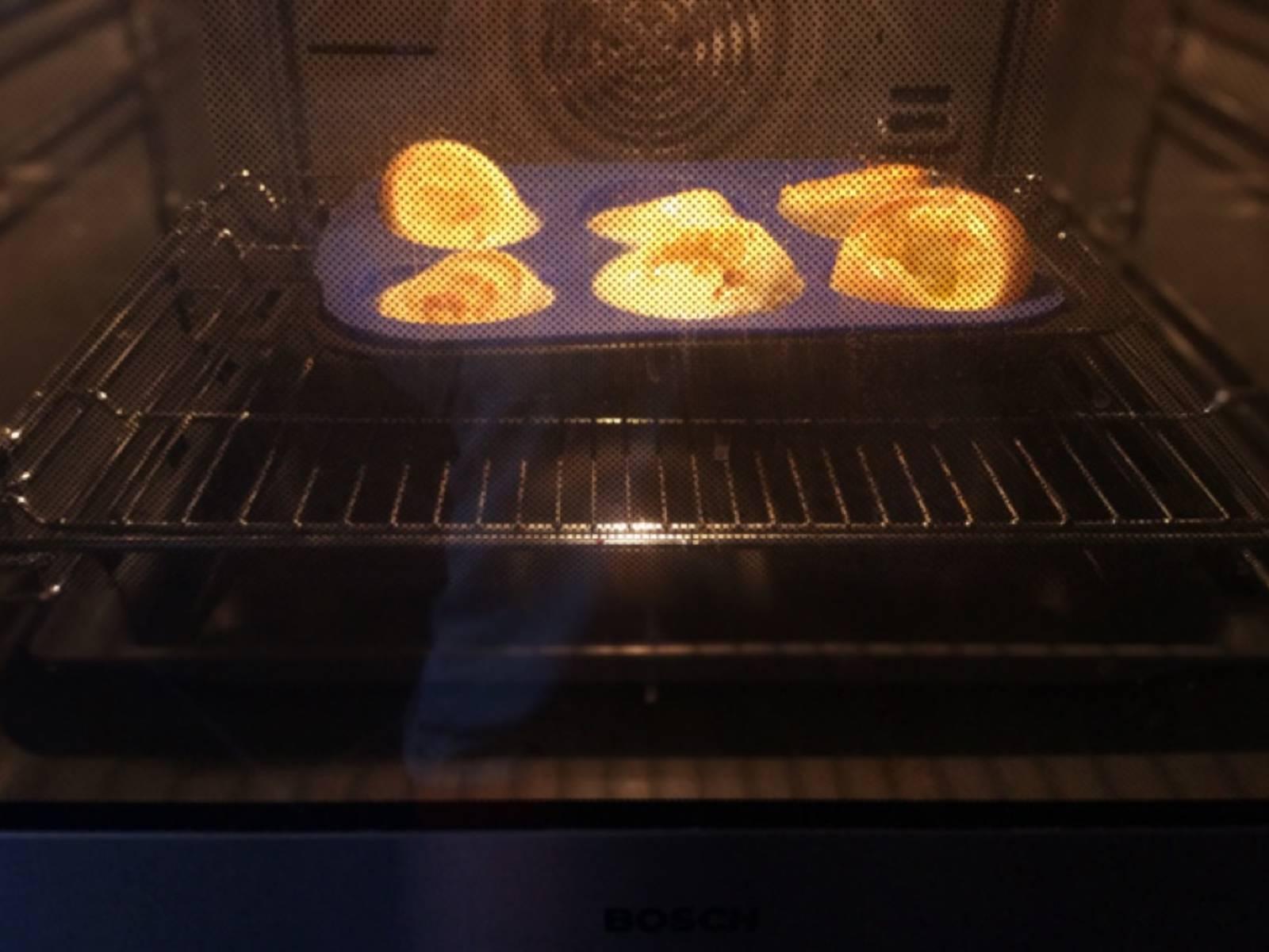 以220℃烤15-20分钟,期间不要打开烤箱门,以免烤好后的布丁碎掉。烤至焦黄,取出后可立即享用。