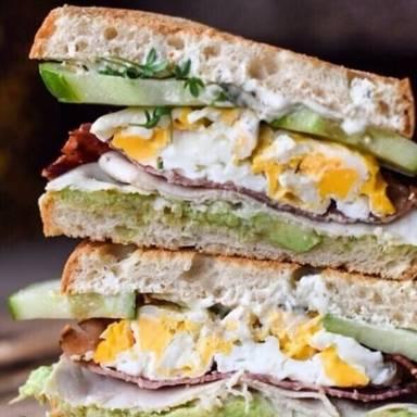 Belegtes Brot mit Avocado und Ei