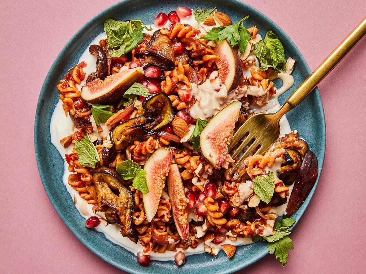 Salat mit Kichererbsennudeln, Aubergine und Granatapfel